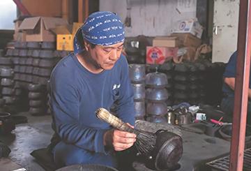 铁壶着色工艺介绍:南部铁壶制作工艺之着色