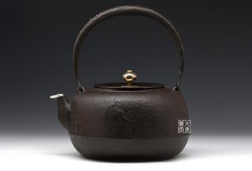 铁壶银壶煮水泡茶各有奥妙:你知道不同吗?
