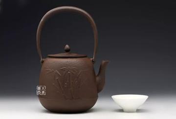菊地保寿堂春竹纹铁壶:立身要端直,处事要谦卑