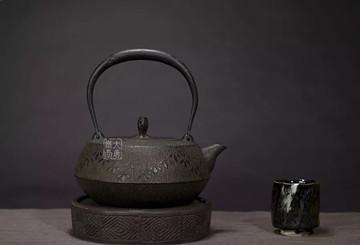 日本铁壶鉴赏:铃木主善堂车轴形菖蒲纹铁壶