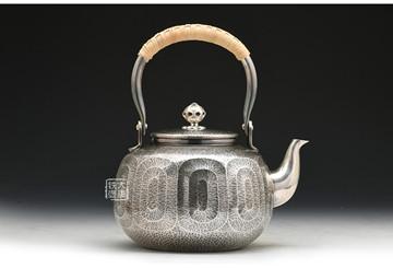 为什么都是手工银壶,颜色却有这么大差别?