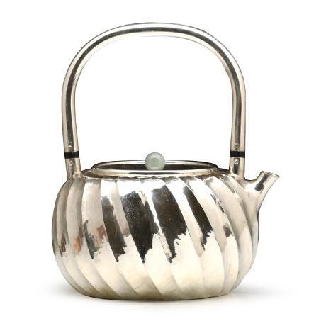 立筋纹银壶