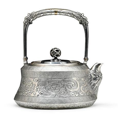 段六一 龙纹錾刻银壶