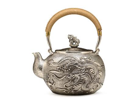 龙凤錾刻银壶